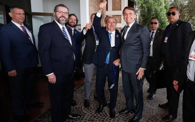 Bolsonaro com Onyx Lorenzoni e Ernesto Araújo ao chegar para a cúpula do Mercosul