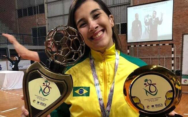 Fernanda posa para foto após conseguir o bronze no Campeonato Mundial de Handebol para Surdos e a artilharia