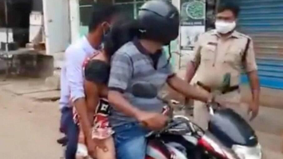 Mulher é transportada por filho e genro em moto devido a falta de carro funerário na Índia