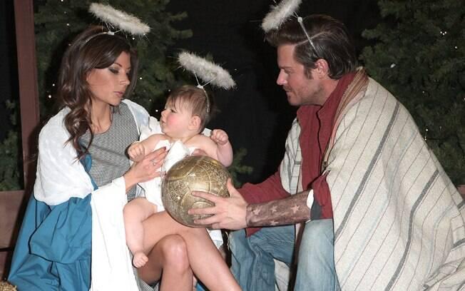 Os sósias de David e Victoria Beckham posam com o bebê que interpreta Harper Seven
