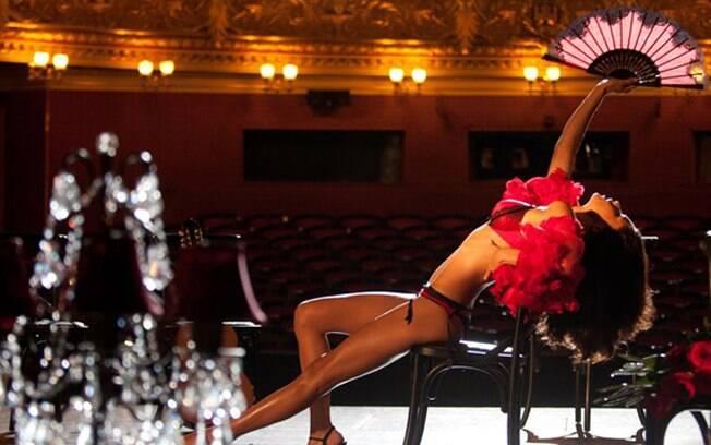 Adriana Lima sensual para a campanha de Natal da marca de lingeries