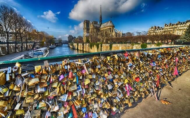 A Ponte das Artes, na França, não poderia faltar na lista de pontes famosas, conhecida por seus cadeados do amor eterno