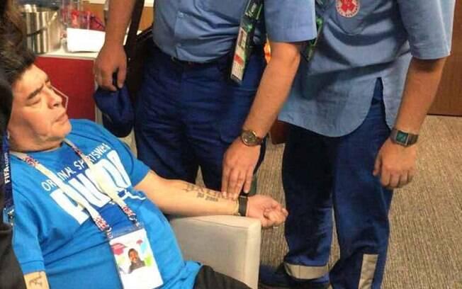 Maradona é atendido após passar mal durante partida