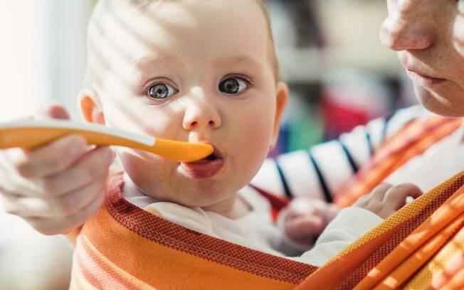 Atenção redobrada na introdução alimentar, pois alergia e a intolerância alimentar podem ser uma realidade