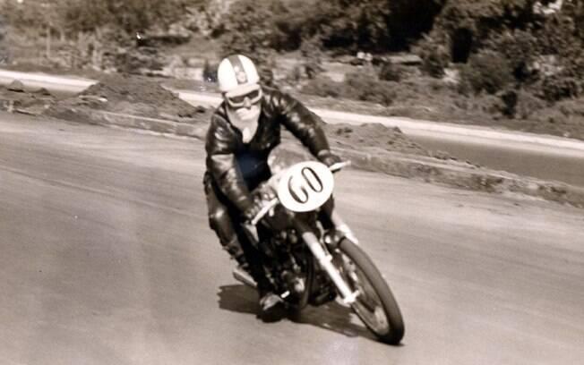 Expedito estréia sua Ducati 250 Mark 3 na prova de rua de Ribeirão Preto, em 1969. Segundo lugar