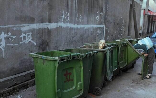 Moça revirando lixo