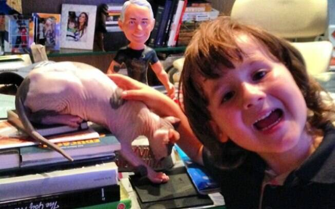 Pietro, filho de Otávio, com o gato ET