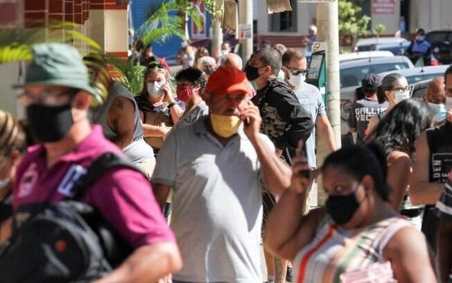 Mesmo com gradis, Mercadão de Campinas tem filas para compras de Páscoa