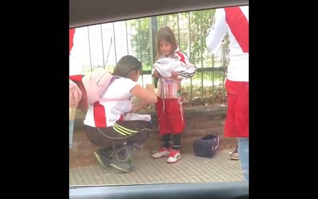 O momento em que a mulher escondeu sinalizadores no corpo do filho para entrar no Monumental, onde aconteceria a final da Libertadores