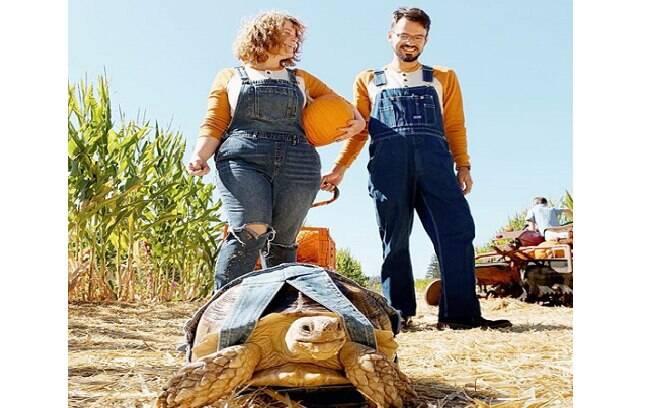 A tartaruga Ethel e seus donos vestidos iguais