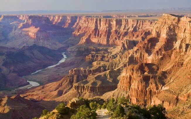 As deslumbrantes montanhas avermelhadas do Grand Canyon tiram o fôlego do visitante que está explorando a Rota 66