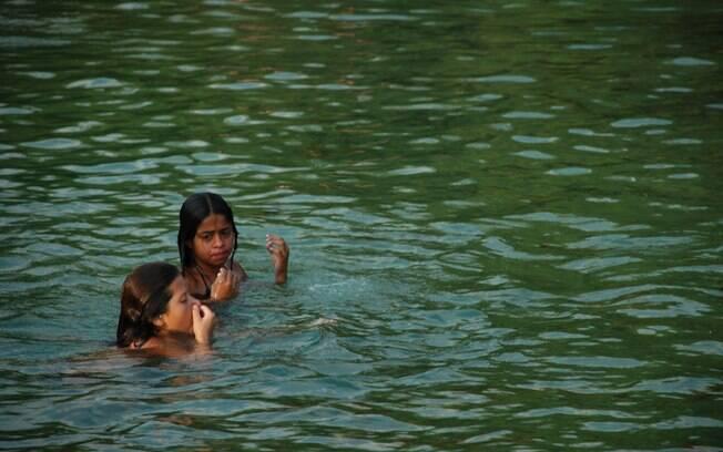 Crianças se divertem nas águas do rio Formoso