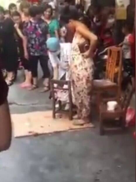 Quando sua bolsa estourou, ela não teve opção senão dar à luz na rua