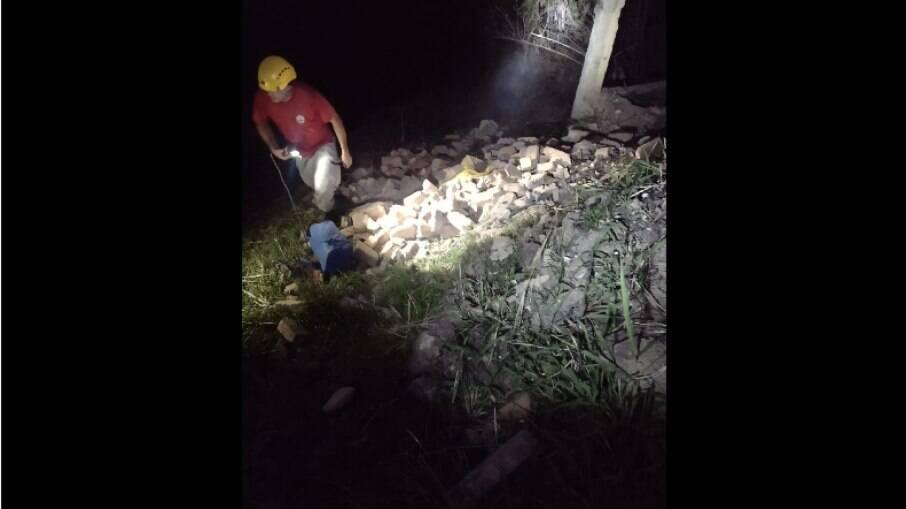 Bombeiros realizam buscas no local do desabamento