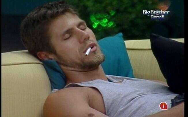 Jonas é vítima de pegadinha de João Maurício e dorme com o cigarro na boca
