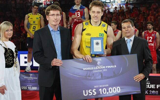 Murilo recebe prêmio individual na Liga  Mundial. Em 2011 ele foi o dono da melhor  recepção