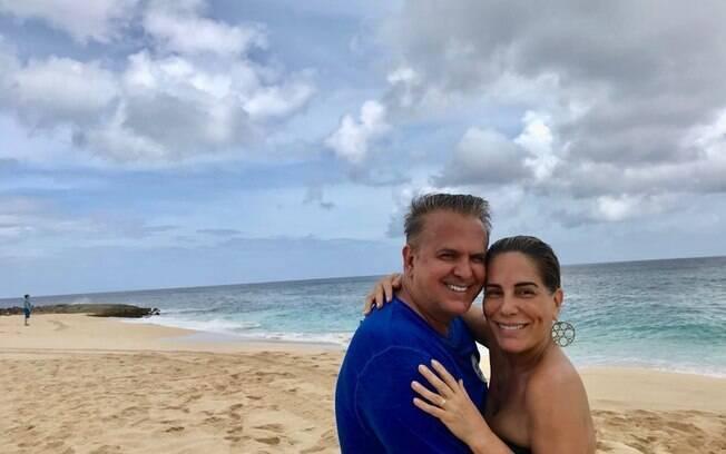 Glória Pires e marido curtem férias no Havaí
