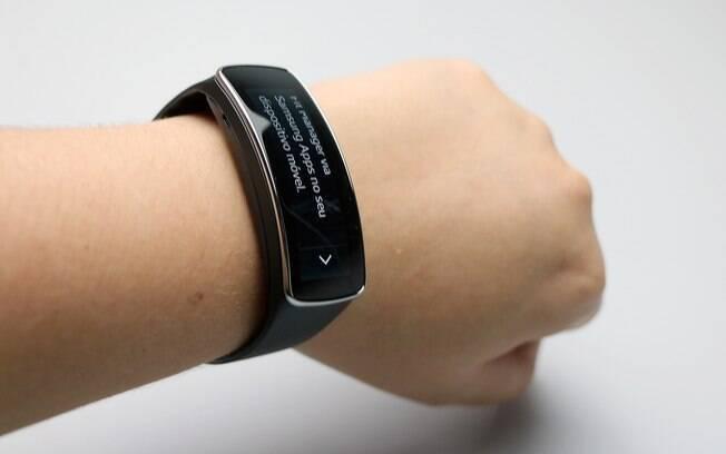 ddaeab0b9bf Gear Fit é aposta da Samsung no mercado de pulseiras inteligentes. Foto   Stella Dauer