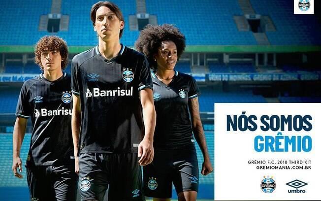 Em comemoração aos 115 anos do Grêmio, a Umbro lança terceira camisa do time em preto e azul