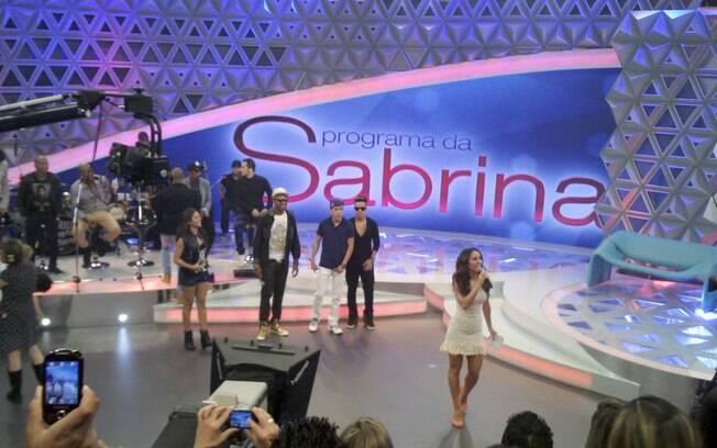 Sabrina Sato com os convidados da gravação