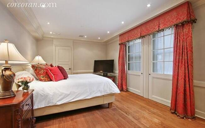 De decoração luxuosa, o apartamento tem três quartos, dois banheiros, um lavabo e uma cozinha recentemente renovada