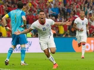 Eduardo Vargas comemora o primeiro gol do Chile contra a Espanha