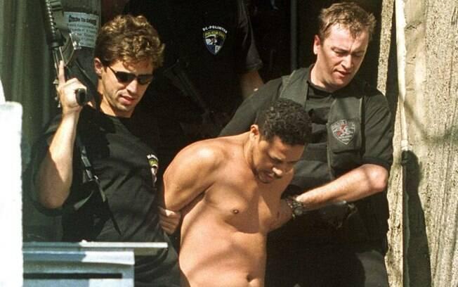 Elias Maluco é levado sob custódia após ser preso no Complexo do Alemão no Rio de Janeiro, Brasil, em 19 de setembro de 2002