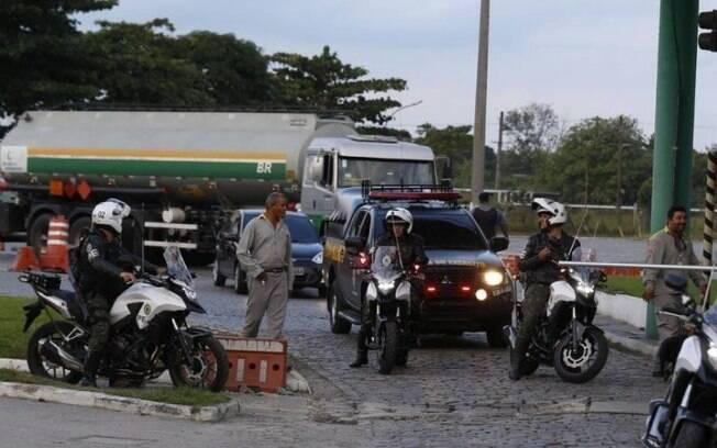 Caminhões de combustível foram escoltados no Rio de Janeiro para minimizar os efeitos do desabastecimento