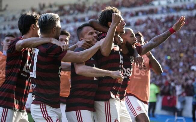 Jogadores do Flamengo comemoram com Arão o gol diante do Vasco