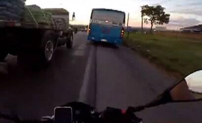 GO: Motociclista filma racha e acidente que sofre com ônibus