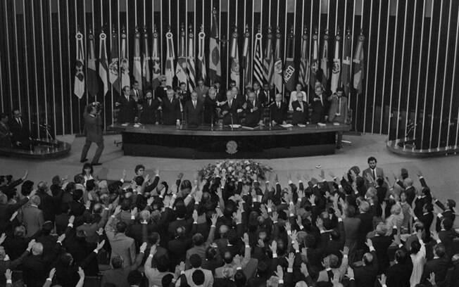 Parlamentares durante a votação do texto da Constituição, conduzida por Ulisses Guimarães (1988)