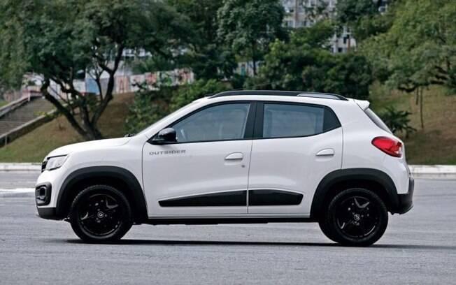 Renault Kwid Outsider também conta com itens exclusivos, como as calotas pintadas de preto e as proteções nos para-lamas