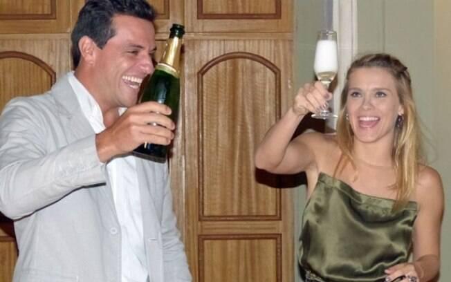 Carolina Dieckmann e Rodrigo Lombardi: comemoração regada a champanhe