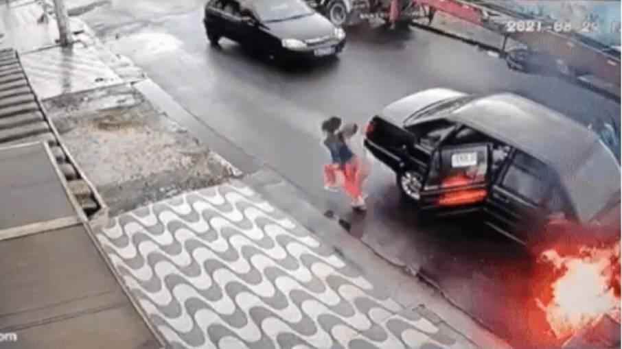 Família foge de carro em chamas