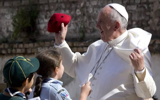 Papa pede orações porque está um 'pouco velho e doente'