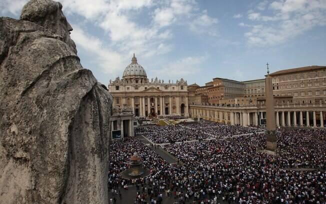 Multidão se reúne na Praça São Pedro para assistir à missa do Papa Bento 16
