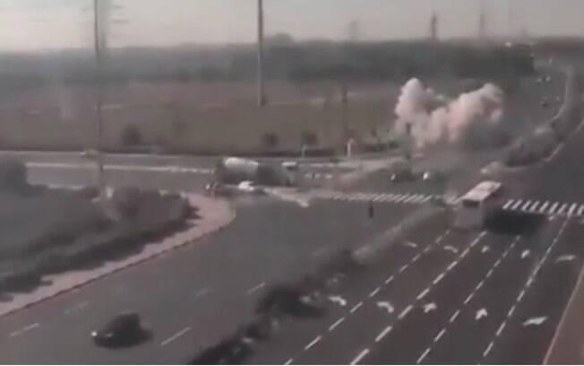 Imagens de mísseis caindo em solo israelense foram registradas por câmeras de segurança