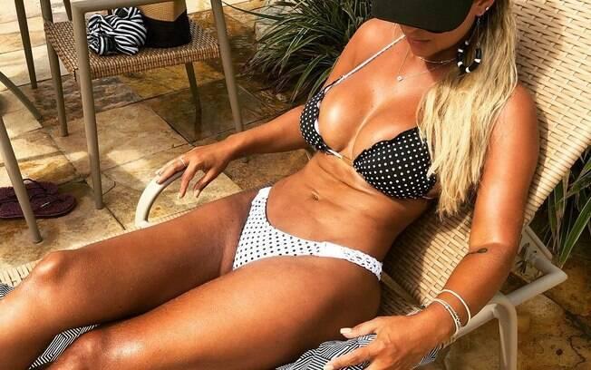Mulher do Tiririca sempre sensualiza nas redes sociais com cliques de biquíni e mostra que seu corpo está em forma