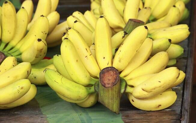 Bananas: possuem potássio e sódio e diminuem as câimbras, cansaço excessivo e as dores musculares. Foto: Getty Images