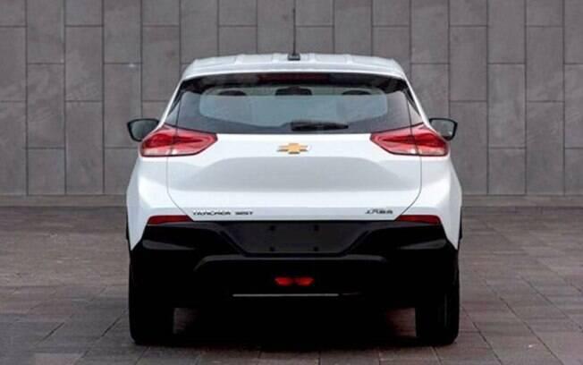 Na traseira, o novo Chevrolet Tracker tem lanternas em posição elevada e vinco pronunciado na tampa do porta-malas