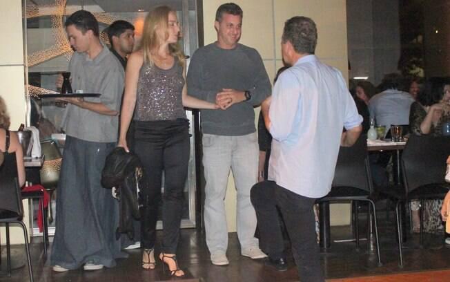 Angélica e Luciano Huck se despedem dos amigos após jantar no Sushi Leblon