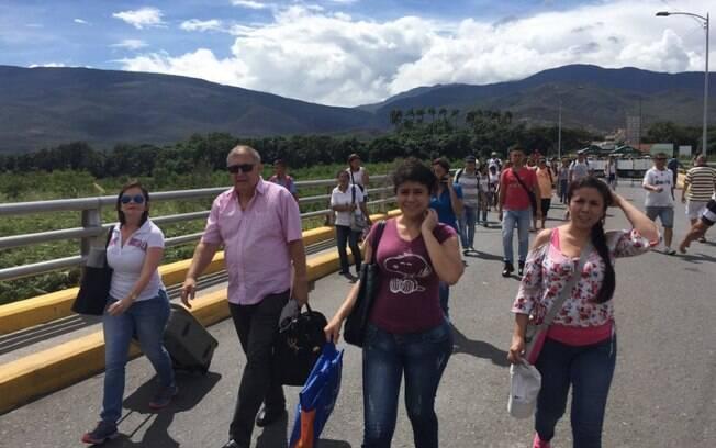 Venezuelanos atravessam a fronteira para comprar itens básicos na Colômbia