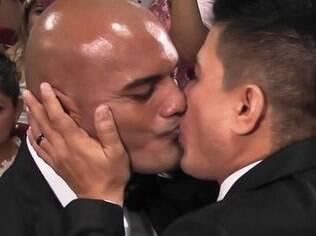 Casal gay se beija na cerimônia realizada na sede da OAB de Manaus