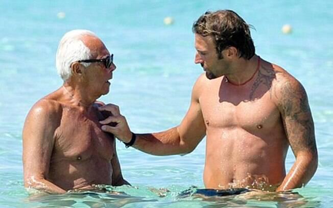 Giorgio Armani brinca no mar da Ilha de Formentera com amigo