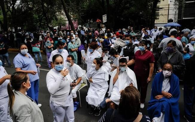 As pessoas saíram às ruas na Cidade do México após um terremoto
