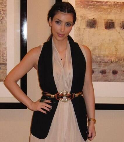 Kim Kardashian posta looks antigos e mudança no estilo choca seguidores