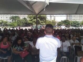 Agentes da saúde fazem assembleia na praça da Estação e permanecem em greve