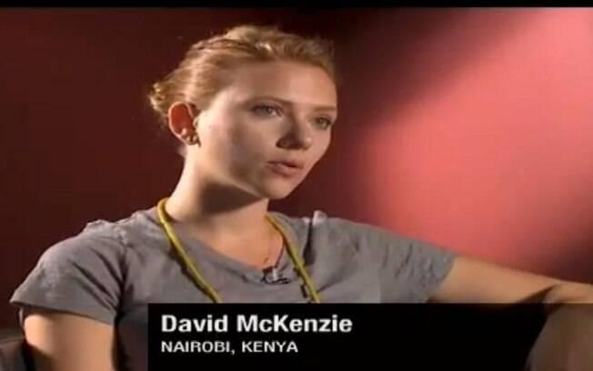 Scarlett Johansson durante a entrevista ao apresentador David McKenzie, da TV CNN
