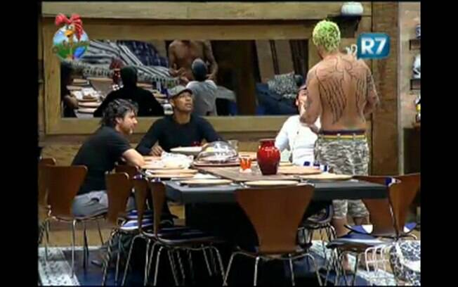 Homens conversam na mesa principal da Sede da fazenda