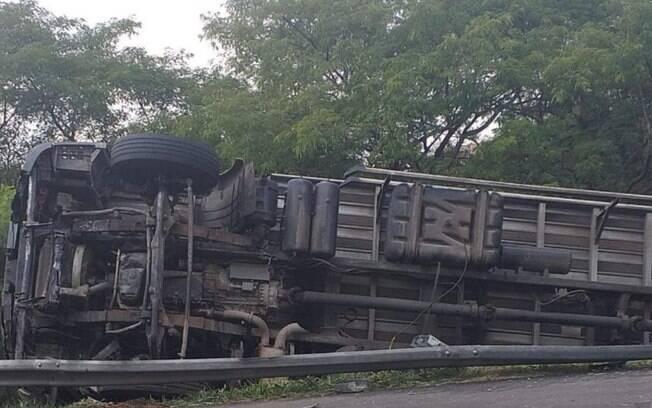 Caminhão tomba na Anhanguera em Campinas